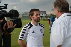 Eine Vielzahl lokaler Medien waren ebenfalls vor Ort. Hier wird Enrico gerade vom Bayerischen Rundfunk interviewt (Foto: Marcus Meier)
