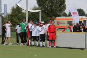 Unter den Augen der interessierten Zuschauer läuft das deutsche Team ein.