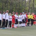 Beide Mannschaften vor Spielbeginn kurz vor dem Einspielen der Hymnen